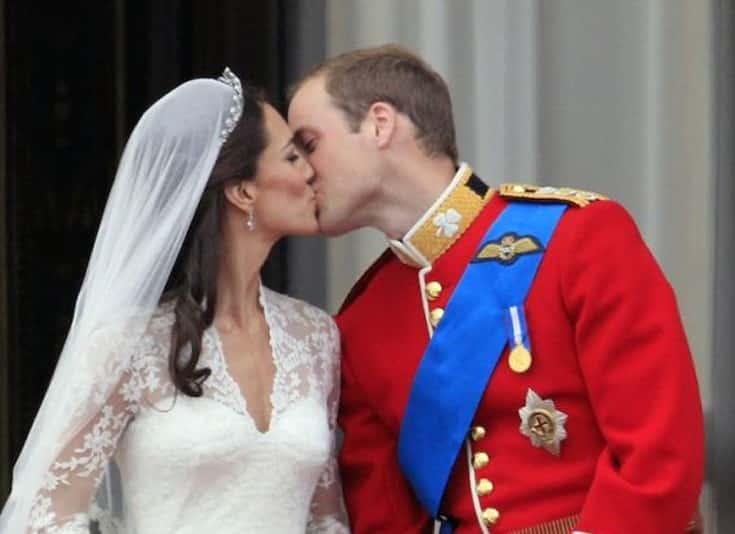 Kate y Guillermo se dieron dos besos en el balcón del Palacio de Buckingham